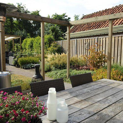 Romantische tuin, heerlijk genieten van buitengelukkig leven