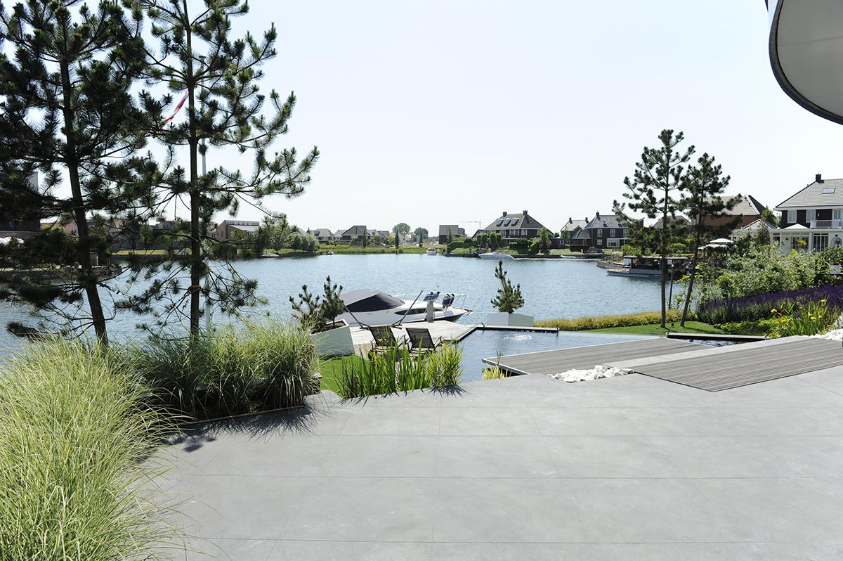 Moderne tuin aan het water